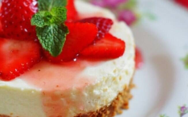 Foto da receita Cheesecake de água de rosas com morangos pronta.