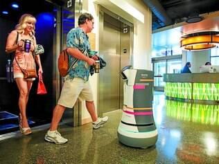 Esperto. Quando chega ao elevador, Botlr envia um comando wireless para a porta se abrir e toma cuidado para ficar fora do caminho