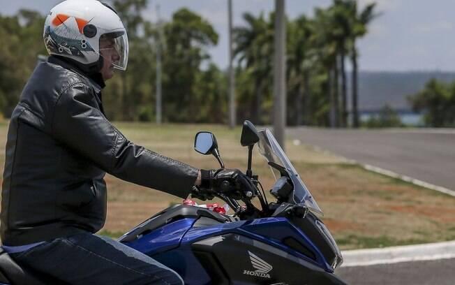 Bolsonaro foi buscar sua nova moto em uma concessionária de Brasília neste sábado (2)