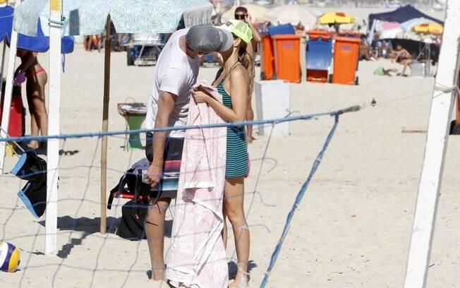 Fernanda Lima e Rodrigo Hilbert trocam beijos na praia