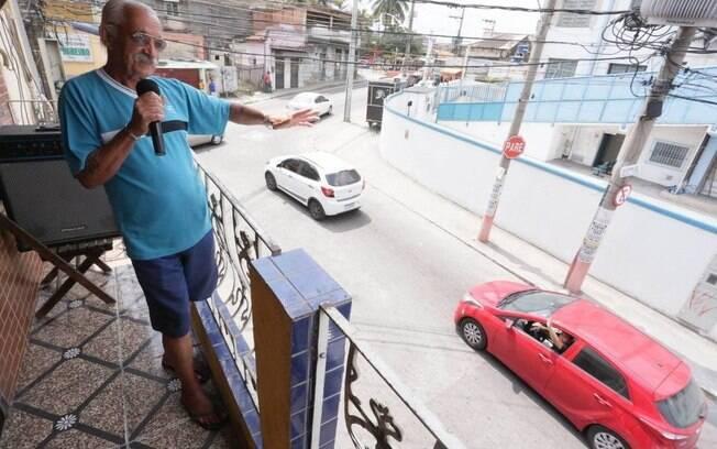Seu Francisco acena para vizinhos e moradores que aplaudem sua iniciativa
