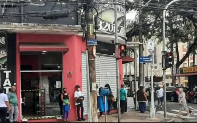 Com clientes sem máscara, agência bancária registra longa fila
