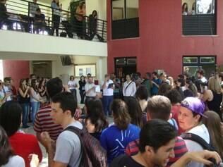 Alunos se reuniram no saguão do prédio para homenagear os professores