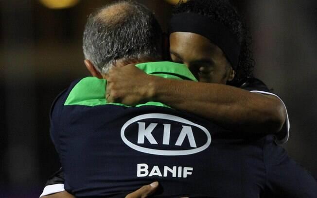 Ronaldinho abraça Felipão antes de jogo entre  Atlético-MG e Palmeiras