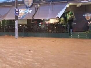Chuva de 10 minutos provoca alagamento em Muriaé