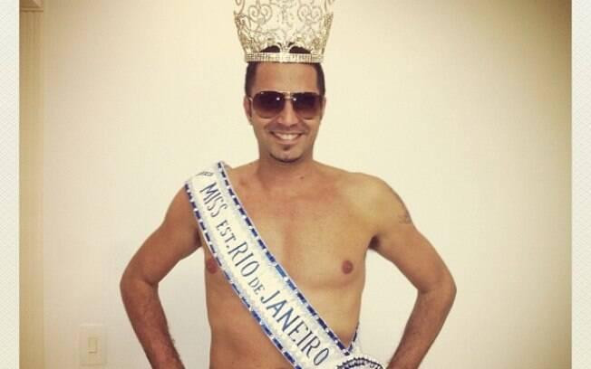 Latino brinca no Instagram e publica foto com coroa e faixa de Miss Rio de Janeiro da noiva Rayanne Morais