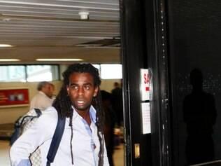 ESPORTES- BELO HORIZONTE_ MG O time do cruzeiro desembarca no Aeroporto de Confins apos derrota na Libertadores. Na foto Tinga  FOTOS: GUSTAVO BAXTER / 12.03.2014