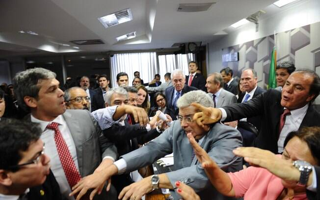 No Congresso, oposição promoveu tumulto em sessão da Comissão de Assuntos Econômicos do Senado