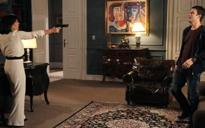 Revoltada, Norma aponta arma para Léo