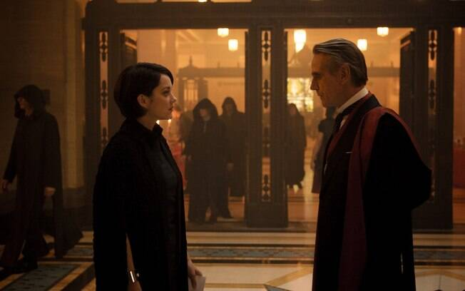 Jeremy Irons e Marion Cotillard em cena de Assassin´s Creed