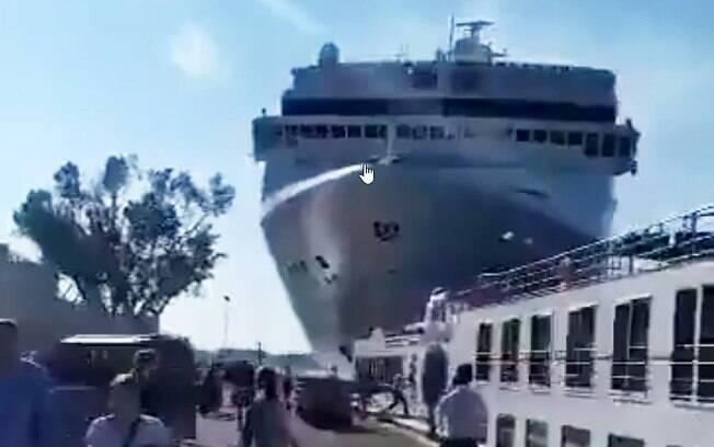 Navio de cruzeiro bateu em doca em Veneza na Itália. Cinco pessoas ficaram feridas
