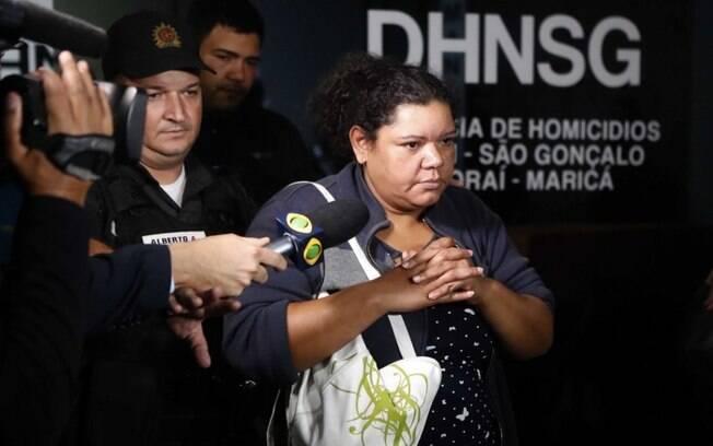 Renata Paula da Silva deixou a Delegacia de Homicídios de Niterói e São Gonçalo no fim da tarde desta terça-feira em uma viatura sem falar com a imprensa