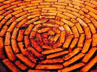 """Obra.  Em """"Vortex"""", João Castilho retrata o desenho de uma espiral produzida com tijolos fabricados no Norte de Minas Gerais"""