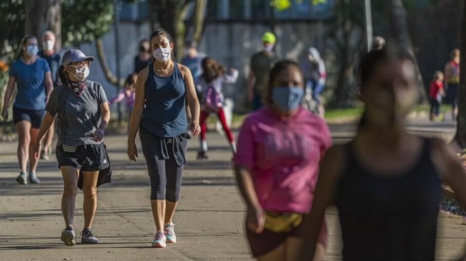 Movimentação de pessoas no parque do Ibirapuera durante reabertura dos parques municipais de São Paulo