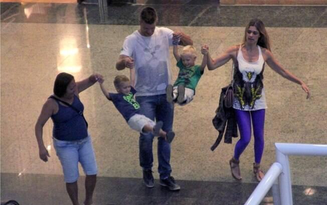 Fernanda Lima e Rodrigo Hilbert se divertiram com os filhos em shopping nessa quinta-feira (23), no Rio