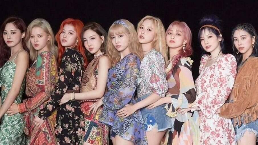 Da esquerda pra a direita: Tzuyu, Jeongyeon, Sana, Nayeon, Momo, Mina, Jihyo, Dahyun e Chaeyoung