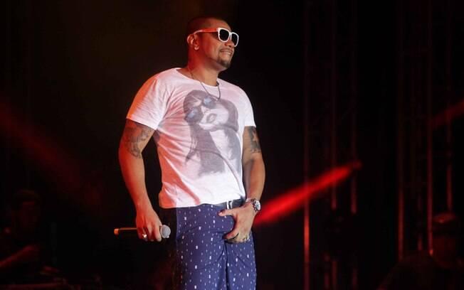 Naldo no palco em show no Guarujá