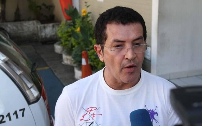 Beto Barbosa em frente à delegacia nesta quinta-feira (8)