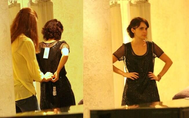 Débora Falabella experimenta um vestido durante o passeio com a filha, Nina