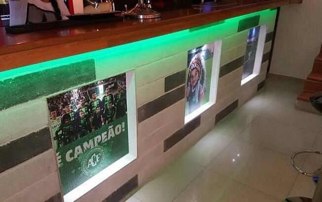 Bar tem ainda pôster de campeão da Sul-Americana e até o mascote Carlinhos
