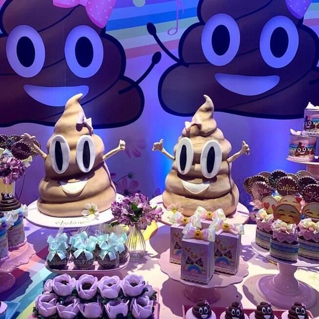 bolo de aniversário de cocôs gigantes