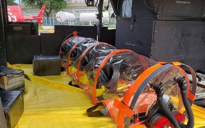 Cápsula hermeticamente isolada usada por agentes em helicóptero