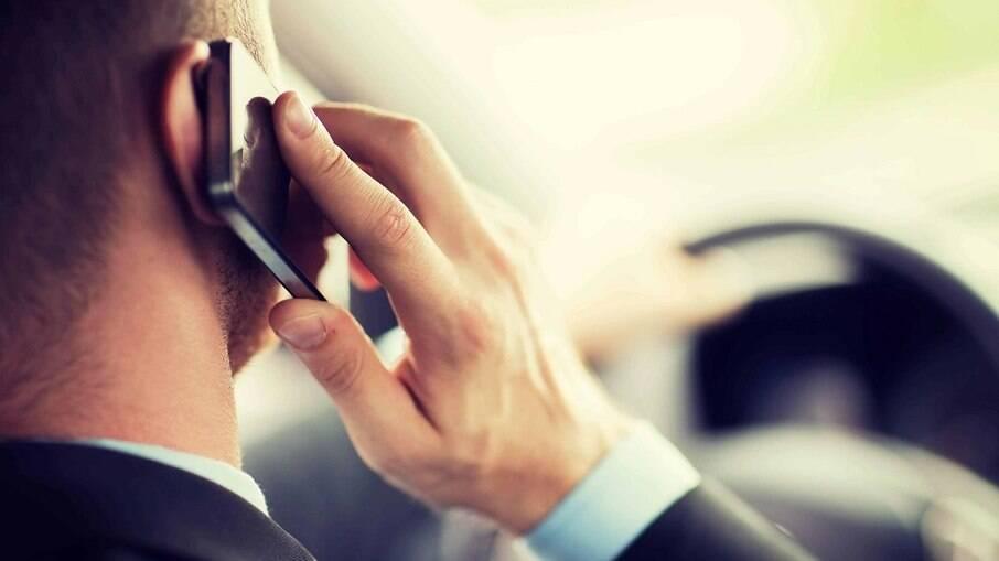 Multa ao falar pelo celular enquanto dirige aumenta em 400% o risco de acontecer um acidente, diz estudo da OMS