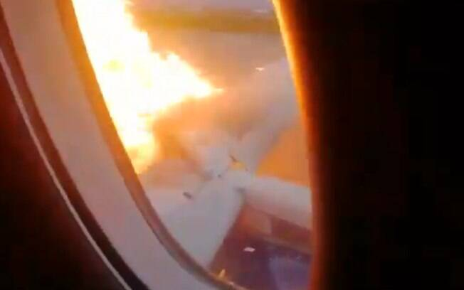 Avião pegou fogo durante pouso de emergência em aeroporto de Moscou