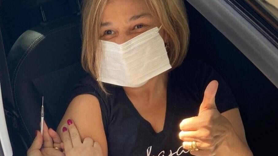 Claudia Rodrigues recebeu sua primeira dose da vacina contra a Covid-19