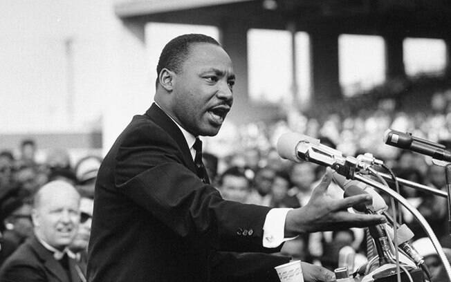 O pastor e ativista Martin Luther King Jr.  lutou pelos direitos civis da população negra por meio de táticas de não violência