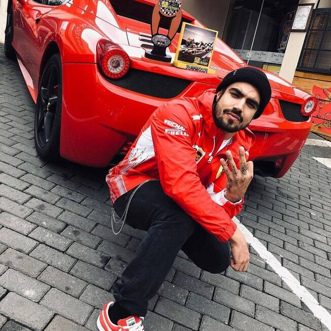 Caio Castro com a Ferrari