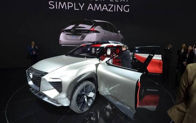 """Nissan Xmotion: tem faróis em LED e leva a grade dianteira em """"V"""", traço que identificará os carros da marca"""