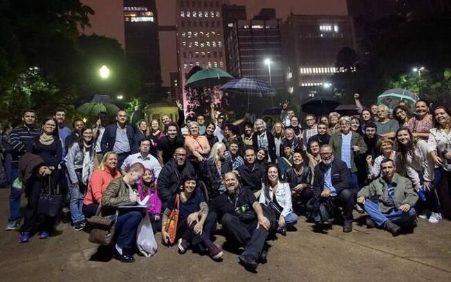 Foto da assembleia improvisada na Praça Alexandre de Gusmão