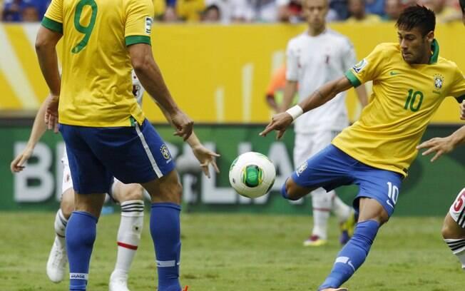 Neymar chuta de direita para abrir o placar  para o Brasil