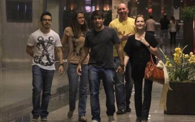 Os casais de amigos deixando o local seguidos de um segurança