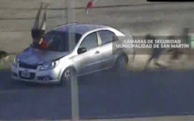 Mãe e bebê sobrevivem após serem arremessadas por carro em fuga na Argentina