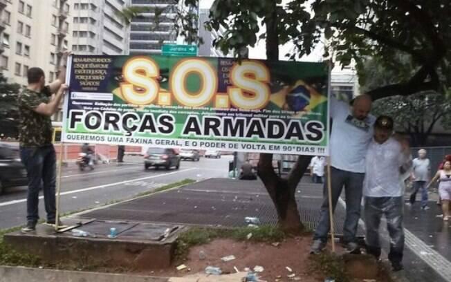 Defensores da intervenção militar no Brasil exibem cartaz na Av. Paulista, no dia 13 de março