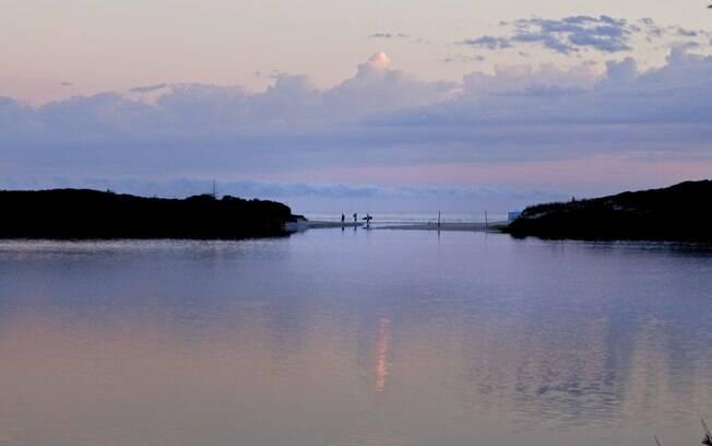 Lagoa Salgada fica atrás da pousada Quinta do Bucanero