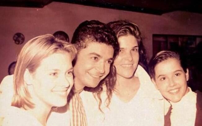 Foto postada por David Brazil em que ele aparece mais jovem, ao lado de Carolina Dieckmann, Cristiana Oliveira e Deborah Secco