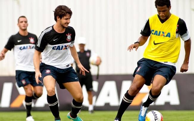 Pato e Gil em treino do Corinthians