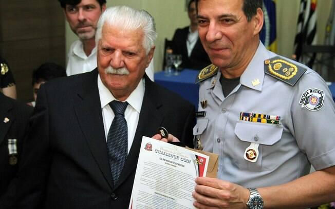 O comandante geral da PMESP, Coronel PM Nivaldo Cesar Restivo, ao lado do seu pai, 1º Sargento Nilson Jesus Restivo