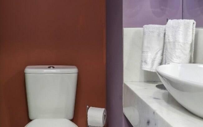Até mesmo a cor vermelha, que á mais chamativa, é usada para criar um banheiro decorado e dar um up na decoração