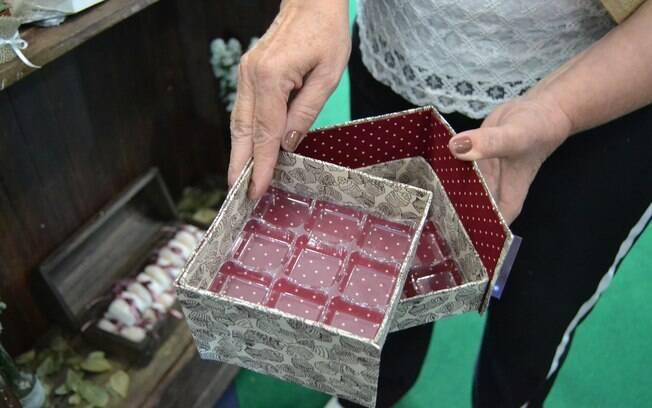 As lembrancinha de festa de casamento podem ser feitas com caixas de leite, como essa embalagem para colocar doces