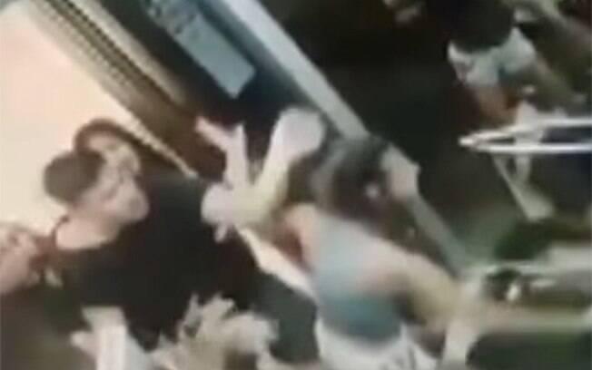 Na noite do Ano Novo, quatro homens se envolveram em uma briga em elevador, mas motivações não foram reveladas