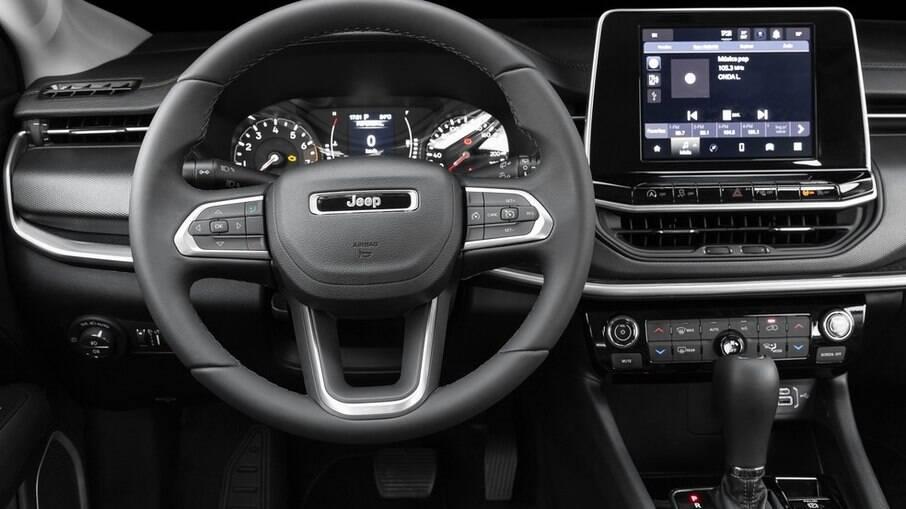 Interior do Jeep Compass Sport traz cluster parcialmente digital e central multimídia com Android Auto e Apple CarPlay