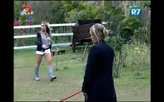 Joana passa por Anna Markun ao seguir para as latas de lixo