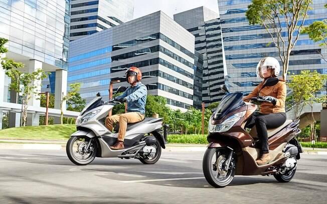 Honda PCX 2019 passa a ter pneus mais largos, o que favorece a estabilidade no dia a dia em diversas situações