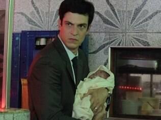 Félix tentou se livrar de Paulinha, mas agora está desesperado