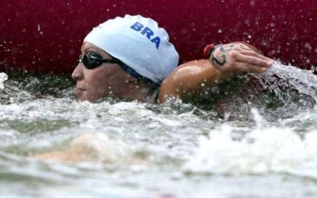 A brasileira teve hipotermia e abandonou a  maratona aquática em Londres. Ela chegou a  desmaiar