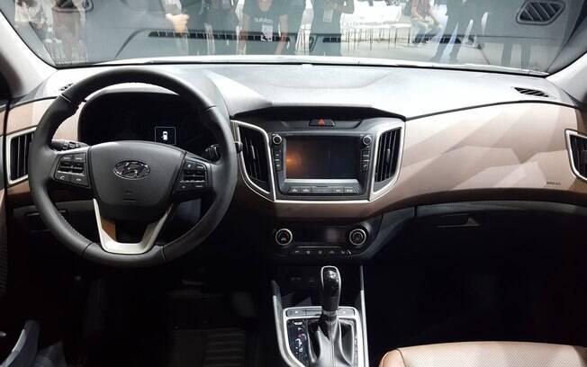 A cabine tem o mesmo design e acabamento que a linha HB20. Terá alguns itens exclusivos, como seis airbags.